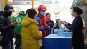 Sợ dịch corona, dân Hà Nội xếp hàng từ sáng sớm nhận khẩu trang miễn phí