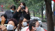 Du khách check-in Hà Nội với khẩu trang thời dịch virus corona
