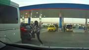 Nữ tài xế dùng chân đạp, đẩy ô tô người khác vì bị chắn lối đi