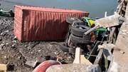 Container lao xuống cầu sau khi tông hàng loạt xe chờ đèn đỏ