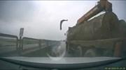 Xe tải lớn chở gỗ bất ngờ lấn làn, ép và bạt bay gương ô tô con rồi bỏ chạy