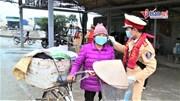 Chiến sỹ áo vàng góp tiền mua khẩu trang phát miễn phí cho dân