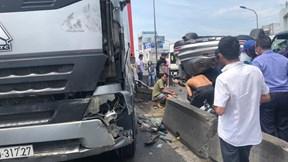 Ô tô con bị container tông vào đuôi, lật ngửa giữa đường