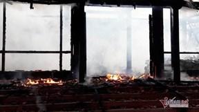 Cứu hỏa không kịp lên, nhà gỗ 3 gian tiền tỷ ở phố núi thành tro