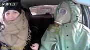 Tài xế đeo mặt nạ phòng độc và đồ chống hóa chất khiến hành khách khoái chí
