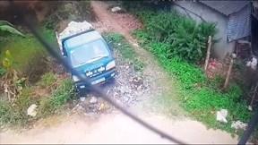 Lùi xe bất cẩn, tài xế khiến xe tải chở đá lao xuống ruộng như đồ chơi