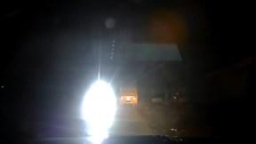 Xe tải cỡ lớn rọi đèn led trên đường hẹp suýt gây tai nạn