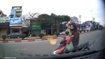 Người phụ nữ chạy xe máy ngược chiều bằng 1 tay bị ô tô đâm trúng