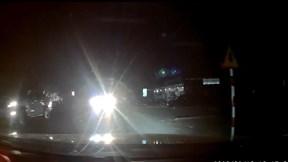 Xe tải vượt ẩu, rọi đèn pha khiến nam thanh niên suýt mất mạng