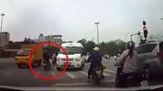 Người phụ nữ dừng xe máy giữa ngã tư chờ đèn đỏ