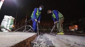 Hà Nội: Công nhân xuyên đêm sửa đường vành đai 3