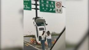 Nữ tài xế lao xe vào dải phân cách khiến xe dựng đứng lên trời