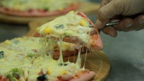 Pizza thanh long ruột đỏ 'giải cứu' nông sản cháy hàng ở Hà Nội