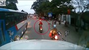 Container cố vượt xe khách, suýt 'nuốt trọn' 2 xe máy phía trước