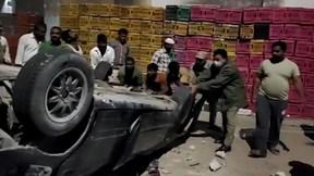 Ô tô mất lái bay qua lan can cầu vượt cao 9m rơi trúng cửa hàng phế liệu