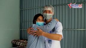 Bệnh nhân chiến thắng Covid-19 mừng rỡ ôm bác sĩ ngày ra viện