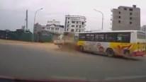 Xe buýt phóng nhanh lao thẳng vào xe cẩu đang sang đường