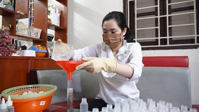 Cô kỹ sư quê Bình Xuyên, Vĩnh Phúc làm nước rửa tay phát miễn phí