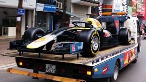 Dân Hà Nội trầm trồ ngắm mô hình xe đua F1 diễu hành trên đường phố
