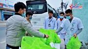 Người dân tiếp sức cho bác sĩ và người bệnh ở tâm dịch Bình Xuyên