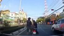 Người đàn ông đi xe máy bị đánh tới tấp vì lạng lách trước đầu xe ô tô