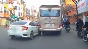 Thiếu quan sát, xế hộp va vào xe khách trên phố Hà Nội