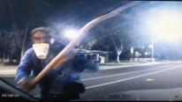 Người đàn ông say rượu dùng cành cây chặn ô tô đập nát kính