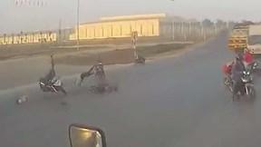Tài xế chạy Exciter tông văng người đi xe đạp điện qua đường