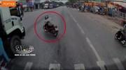Sang đường cắt mặt ô tô, tài xế xe máy suýt chết trước đầu xe tải