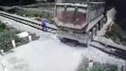 Nhân viên gác chắn cứu đoàn tàu và xe tải chết máy khỏi tai nạn thảm khốc