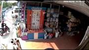 Trộm bẻ khóa cướp xe máy để trước cửa hàng trong 3 giây