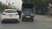 Vội vàng lăn bánh, tài xế quên… đóng cửa xe