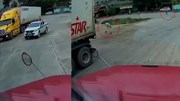 Tài xế container bung cửa xe bỏ chạy khi bị CSGT chặn lại