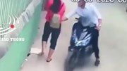 Cô gái bất ngờ bị nam thanh niên đi xe máy sàm sỡ giữa đường