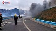 Xe container bị lật nghiêng, 26 tấn pháo hoa phát nổ trên cao tốc
