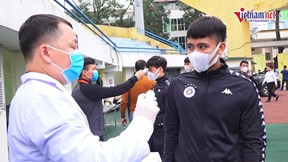 Trận Hà Nội - Nam Định: Cầu thủ và phóng viên đo thân nhiệt khi vào sân