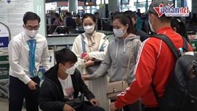 Quỳnh Anh tiễn Duy Mạnh sang Singapore phẫu thuật