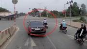 Người đàn ông đi xe máy tạt đầu ô tô bị nữ tài xế tông văng xuống đường
