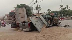 Xe bán tải bị phủ đầy cát sau va chạm mạnh giữa ngã tư