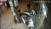 Tên trộm đeo khẩu trang, vờ nghe điện thoại trộm xe SH mode trên phố Hà Nội