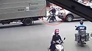 Xe máy cố sang đường bị ô tô đâm trúng, ép kẹt vào đuôi xe tải