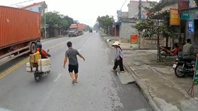 Hai cụ bà không dám qua đường và hành động ấm lòng của tài xế xe tải