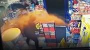Tên cướp cầm dao bỏ chạy thục mạng vì bị chủ cửa hàng ném ớt bột vào mặt