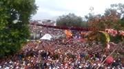 Cột cờ khổng lồ bất ngờ đổ ập xuống đầu hàng trăm người tại lễ hội