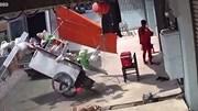 Quên đóng cửa thùng sau, xe tải hất bay quầy hàng ăn ven đường