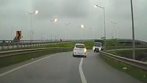 Tài xế xe tải bấm còi inh ỏi khi đi vào đường ngược chiều trên cao tốc
