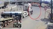 Bị cuốn vào gầm xe container, người phụ nữ đi xe máy thoát chết