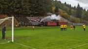 Cầu thủ đang thi đấu thì bị gián đoạn vì…tàu hỏa chạy ngang sân bóng