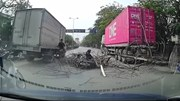 Cây khô bật gốc đổ ập xuống đường trúng 2 người đi xe máy