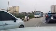 Nữ tài xế ô tô cố vượt, tạt đầu xe khác suýt gây tai nạn
